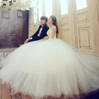 pareja de novios, novia con vestido largo con falda de tutú