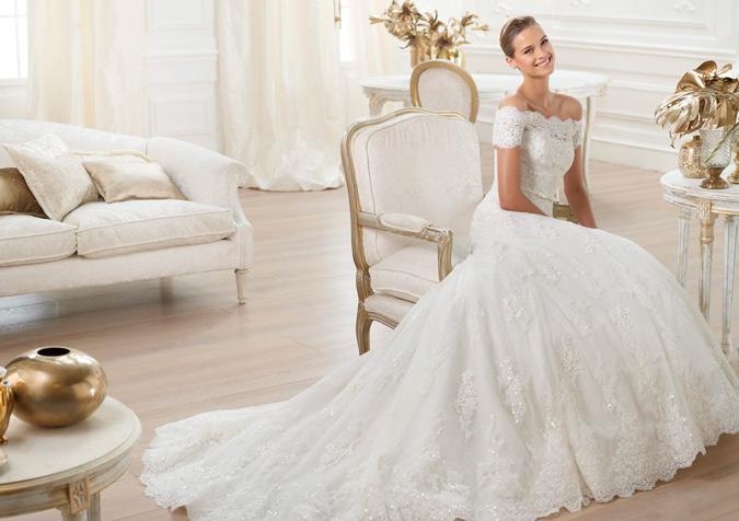 Vestidos de novia modernos con cola larga