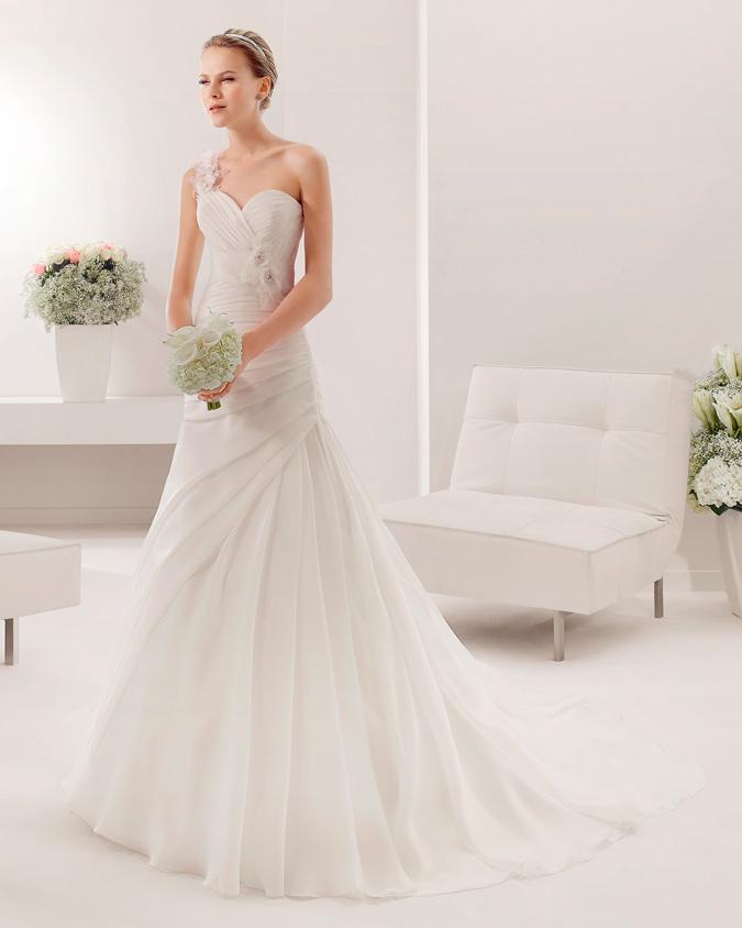 766a4cdb0 novia con vestido con cola real de Alma Novia