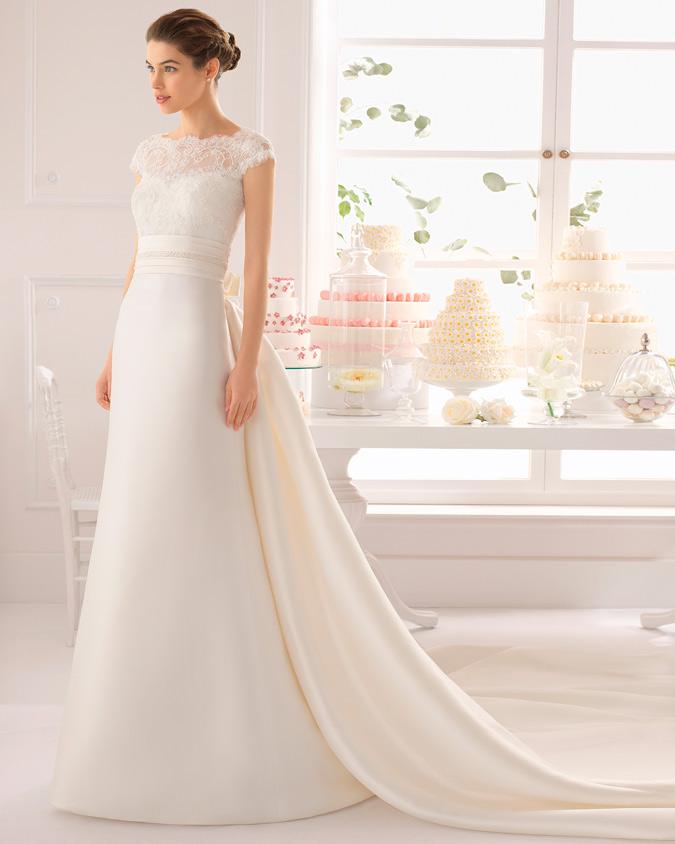 novia con vestido con cola watteau de Aire Barcelona