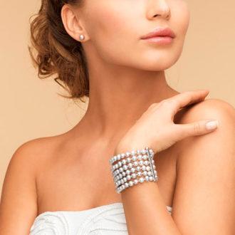 novia con escote corazón mostrando sus joyas