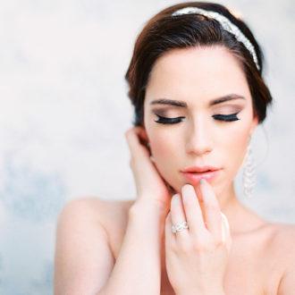novia posando con las joyas de su boda