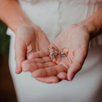 novia mostrando sus joyas en la mano