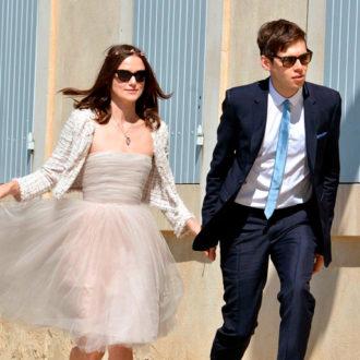 Keira Knightley y su esposo el día de su boda con gafas de sol
