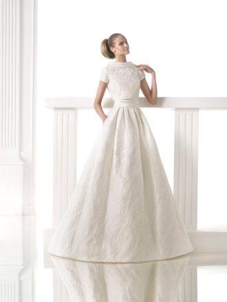 novia con vestido con cola a ras de suelo de Atelier Pronovias