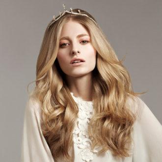 novia con pelo largo sano con corona