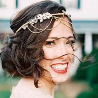 novia con recogido y corona sonriendo a cámara