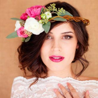 novia con recogido y corona de flores posando para cámara