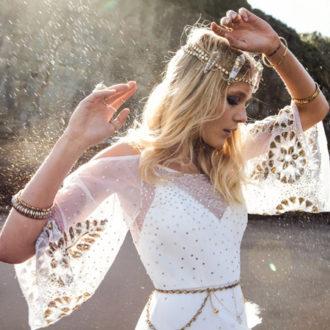 novia con vestido con flecos inspirado en Coachella de rue de Seine