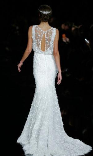 novia con vestido inspirado en Coachella de Pronovias