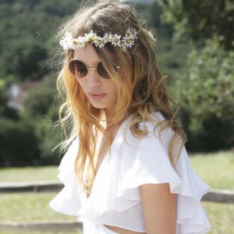 novia luciendo gafas de sol redondas al aire libre