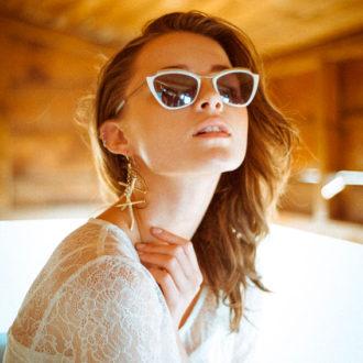novia luciendo gafas de sol modernas