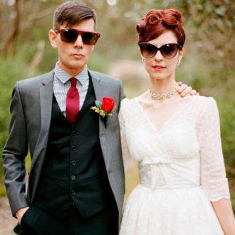novios con gafas de sol posando para la foto