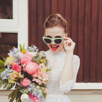 novia luciendo gafas de sol divertidas