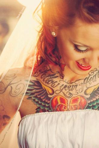 novia con tatuaje en el pecho