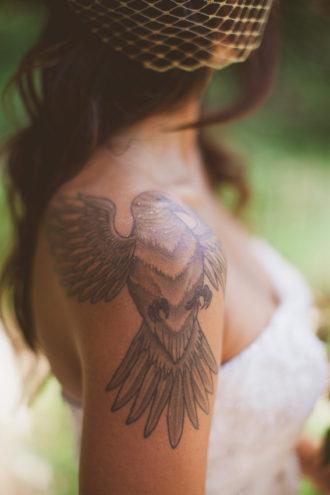 novia con tatuaje en el hombro derecho