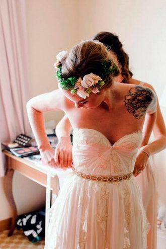 novia con tatuaje en el hombro izquierdo