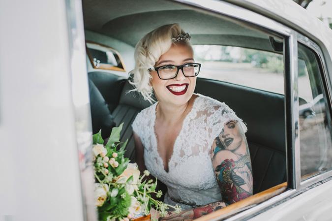 novia con tatuaje en el brazo izquierdo