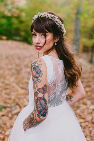 novia con tatuajes en los brazos