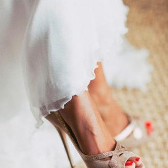 novia con pedicura en color rojo