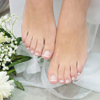 novia con pedicura francesa