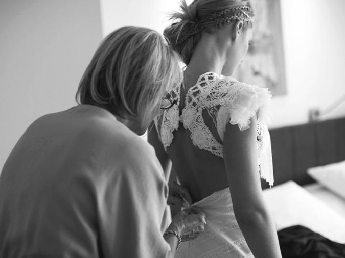 diseñadora confeccionando la espalda de un vestido de novia hecho a medida