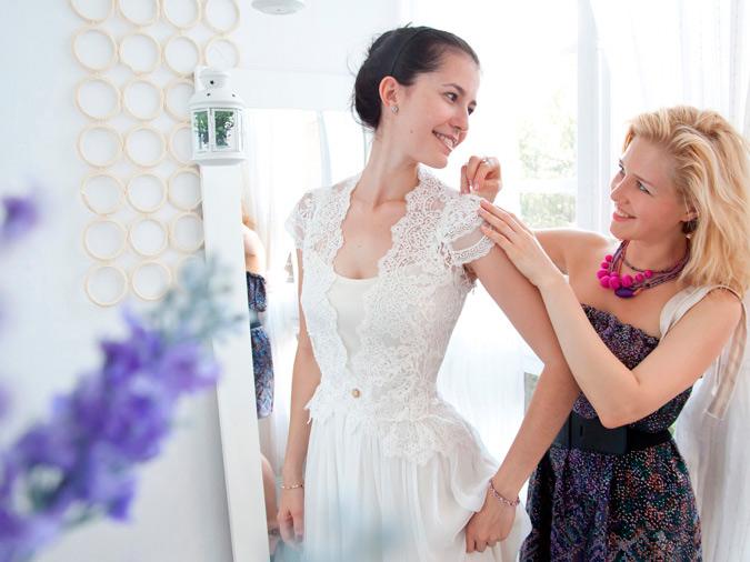 diseñadora dando últimos retoques a un vestido de novia a medida