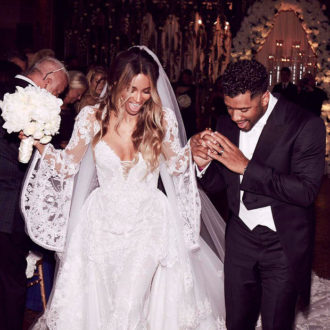 foto de pareja de Ciara y Russell recién casados