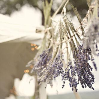 decoración hecha a mano para boda con plantas