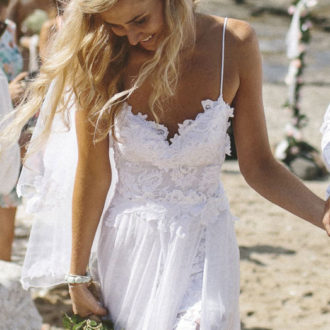novia con vestido escotado con aberturas