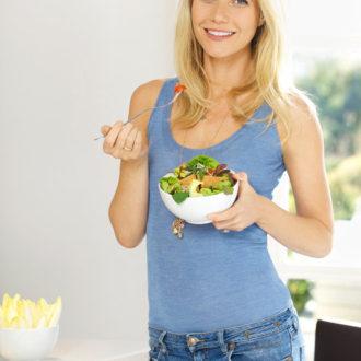 Gwyneth Paltrow comiendo un bol de ensalada