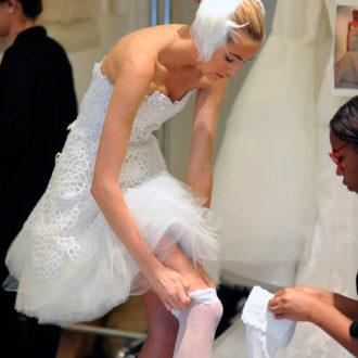 novia vestida poniéndose panties