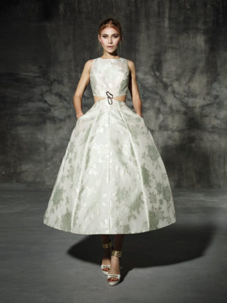 novia con vestido corto con cut out en la cintura
