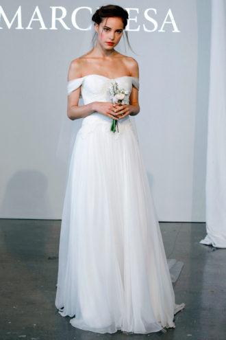 novia con vestido de hombros caídos de Marchesa