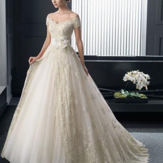 novia con vestido de hombros caídos de Rosa Clará
