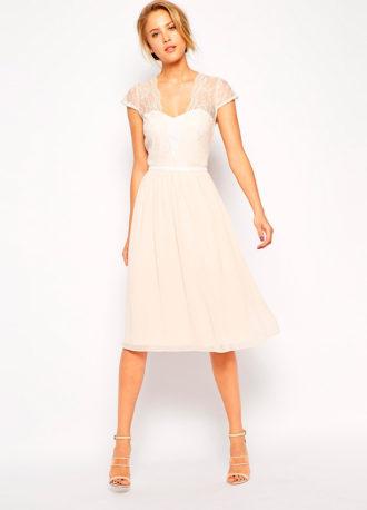 novia con vestido midi de ASOS