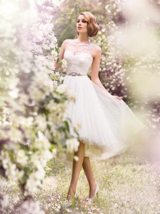 novia con vestido midi con transparencias