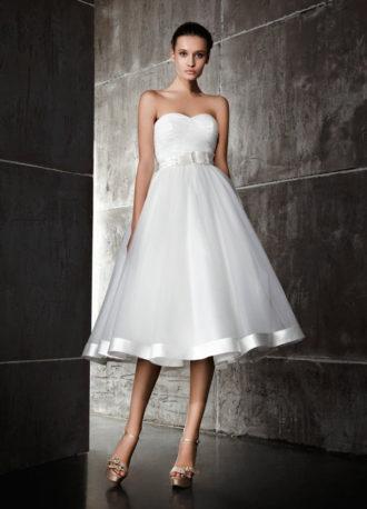 novia con vestido midi con escote corazón