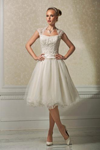 novia con vestido midi de Annais Bridal