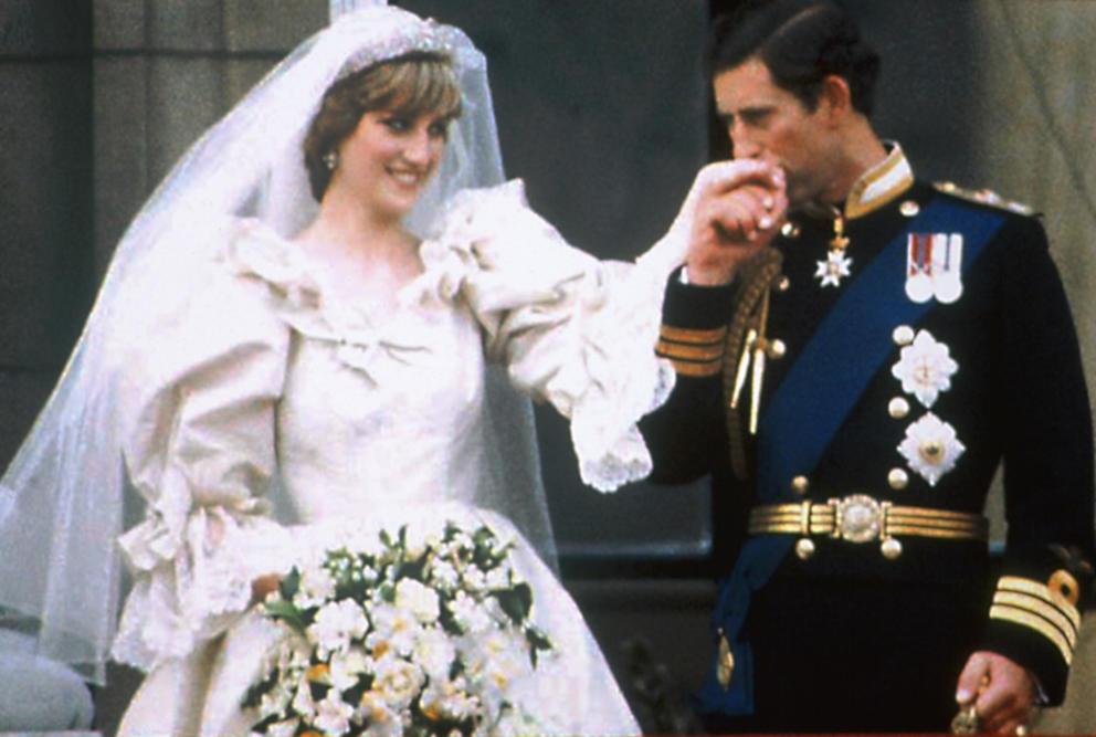 El Príncipe Carlos besando la mano de Lady Di el día de su boda