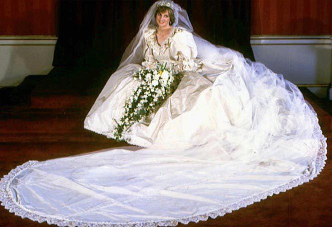 Lady Di luciendo su vestido de novia