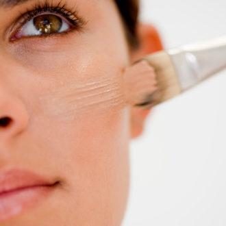 novia aplicándose maquillaje específico para ojeras