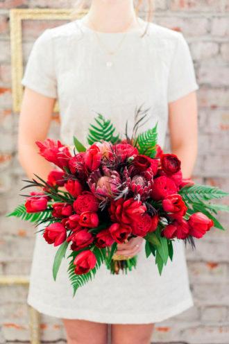 novia con ramo de color rojo