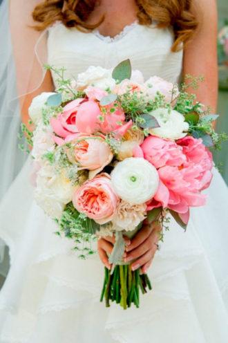 novia con ramo en colores pastel