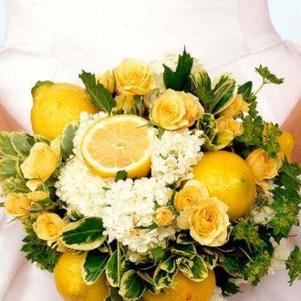 novia con ramo hecho con limones y flores amarillas