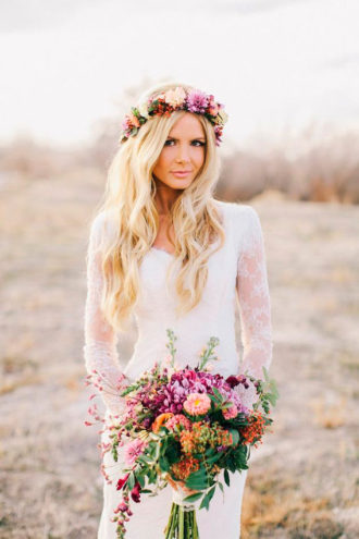 novia con ramo y corona de flores conjuntadas