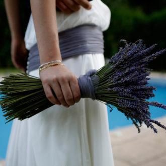 novia con ramo silvestre de lavanda