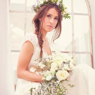 novia con ramo y diadema de flores conjuntadas