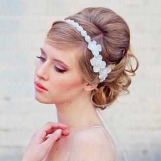 novia con pelo recogido y diadema