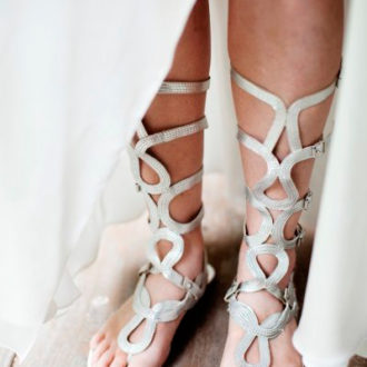 novia con sandalias romanas